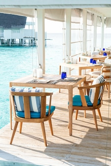 Украшение пустого стола и стула в ресторане