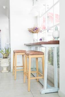 Пустой стол и стул в кафе