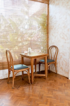 커피 숍과 카페 레스토랑에서 빈 테이블과 의자