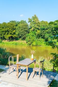 강 전망과 푸른 하늘이 있는 빈 테이블과 의자