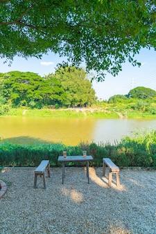 Пустой стол и стул с видом на реку в кафе и ресторане