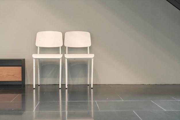 Пустой стол и стул