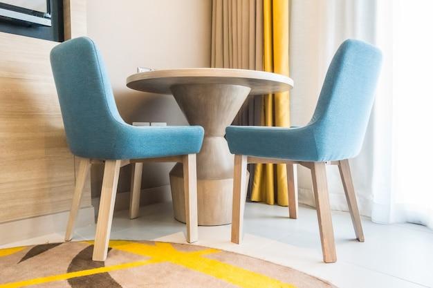 빈 테이블과 의자