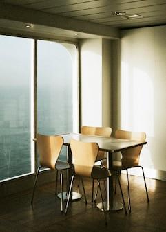 바다에서 페리의 창가에 있는 빈 테이블과 의자