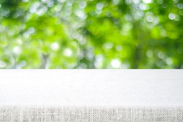흐림 공원 배경 위에 빈 테이블과 자루 식탁보