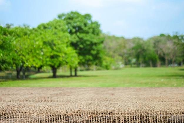 Bokeh 배경 흐림 공원을 통해 빈 테이블과 자루 식탁보