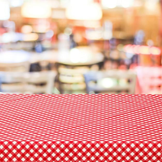 빈 테이블 흐리게 레스토랑 위에 빨간 체크 식탁보로 덮여
