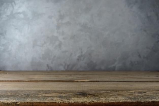 콘크리트 벽에 제품 프리젠 테이션을위한 빈 테이블 탑