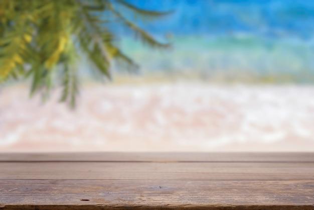 바다 해변 배경에 빈 테이블 탑