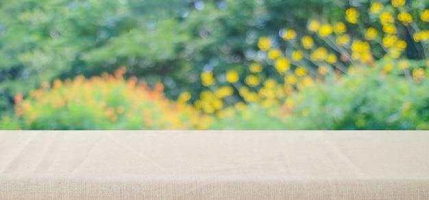 흐리게 공원 자연 배경 위에 갈색 리넨 식탁보와 빈 테이블