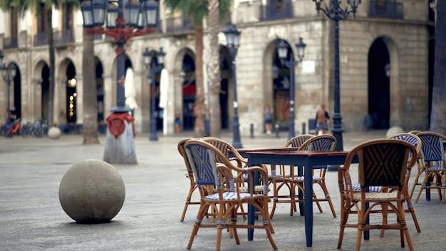 스페인 바르셀로나의 레스토랑 테라스에 의자가 있는 빈 테이블