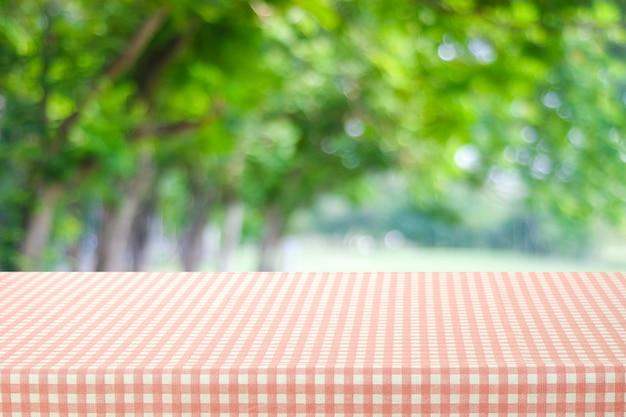 분홍색과 흰색 식탁보와 빈 테이블
