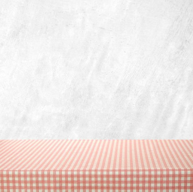 시멘트 벽에 분홍색 식탁보와 빈 테이블