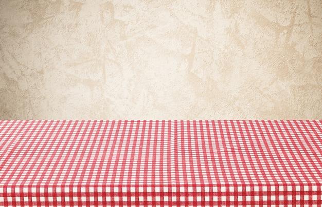 빨간색과 흰색 체크 식탁보와 빈 테이블