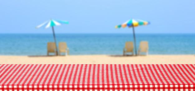 화려한 우산 흐리게 바다 야외 자연에 빨간색과 흰색 식탁보와 빈 테이블