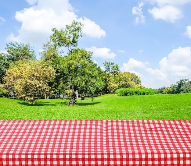 빨간색과 흰색 식탁보와 빈 테이블