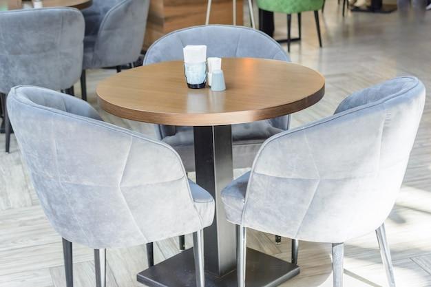카페의 빈 테이블. 방문객도 없고 관광객도 없습니다. 케이터링 사업에 실패한 투자.