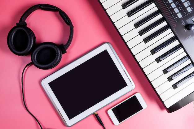 Пустой экран планшета с музыкальными объектами и музыкальный инструмент для концепции музыканта