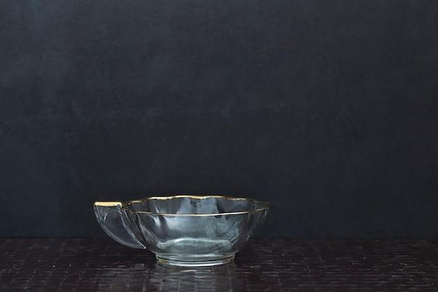 テーブルの上の空のティーカップ