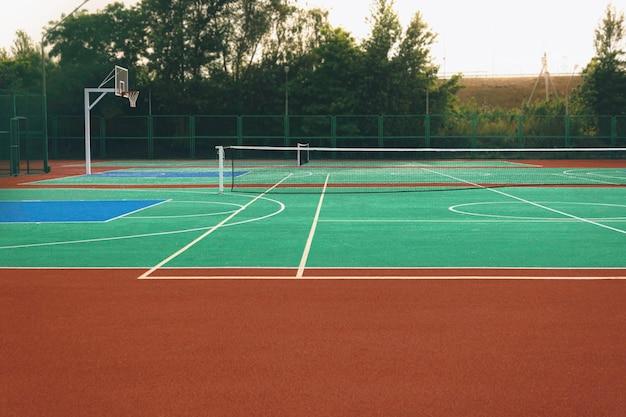 空のテニスコートとラケットボールコート