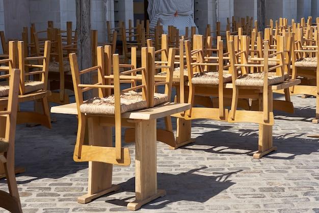 전염병으로 인해 폐쇄된 거리 카페의 빈 테라스.