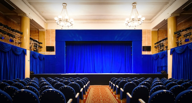 파란색 닫힌 커튼이 있는 빈 극장 내부 보기