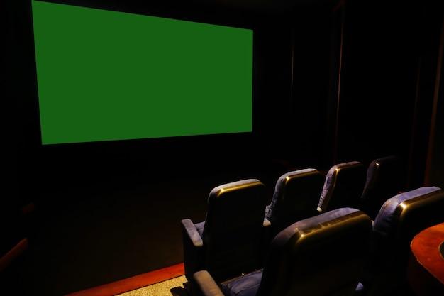 赤い椅子のある空の劇場背面図緑色の画面