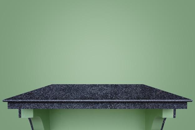 Пустой верх черный счетчик природного камня на фоне зеленой стены