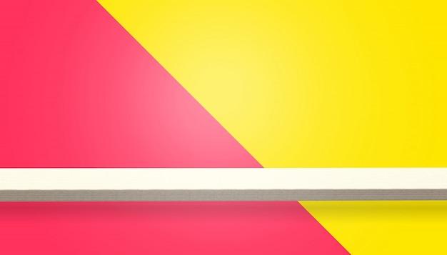나무 테이블이나 카운터의 빈 상단은 노란색과 빨간색 배경에 고립