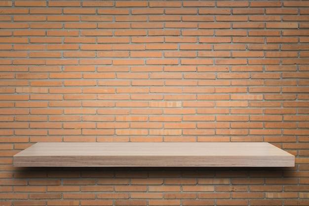 빈 최고 나무 선반과 돌 벽 배경