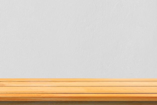 Ripiani in legno massiccio vuoto e sfondo di muro di pietra. mensole di legno marrone di prospettiva sopra priorità bassa della parete di pietra. - può essere utilizzato per la visualizzazione o il montaggio dei prodotti.