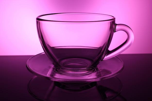 受け皿の空の透明なカップ
