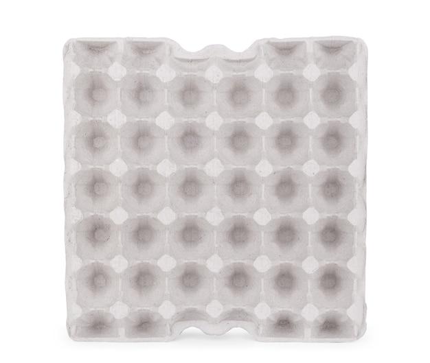 白い背景で隔離の卵の空のトレイ