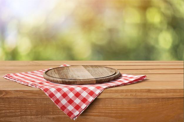 나무 테이블에 식탁보에 빈 트레이