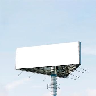 Пустой рекламный щит треугольника