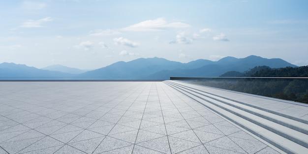 Пустой треугольник формы каменные плитки пола с небом
