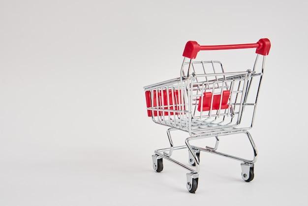 밝은 배경 쇼핑 슈퍼마켓 서비스에 빈 트롤리입니다. 고품질 사진