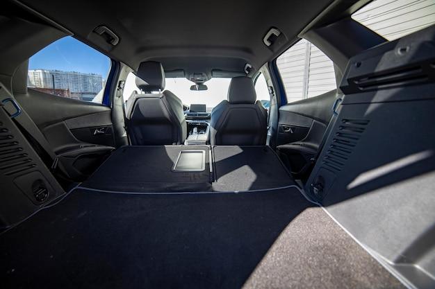 접힌 뒷좌석이 있는 현대 자동차의 빈 트렁크 큰 내부 볼륨 트렁크 보기