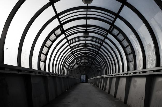 空のトンネル、横断歩道、街の建築コンセプト