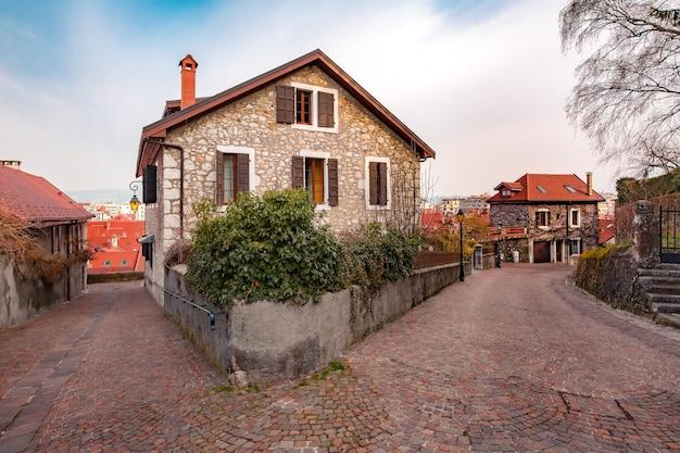 프랑스 안시의 구시가에 있는 빈 전형적인 프랑스 거리