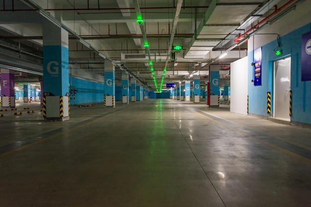 Пустой подземный гараж