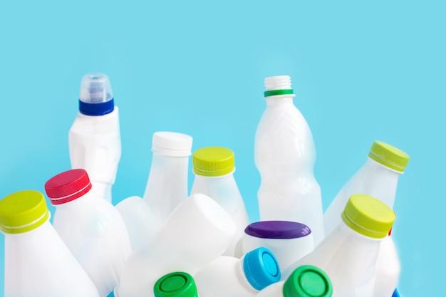 Пусто использованные белые пластиковые бутылки для вторсырья