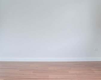 下の木製の床がある空の壁