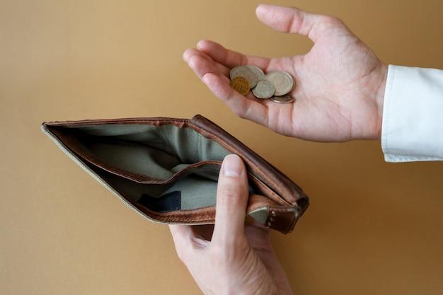 男のトップ ビューの手で空の財布。経済・金融における倒産・倒産