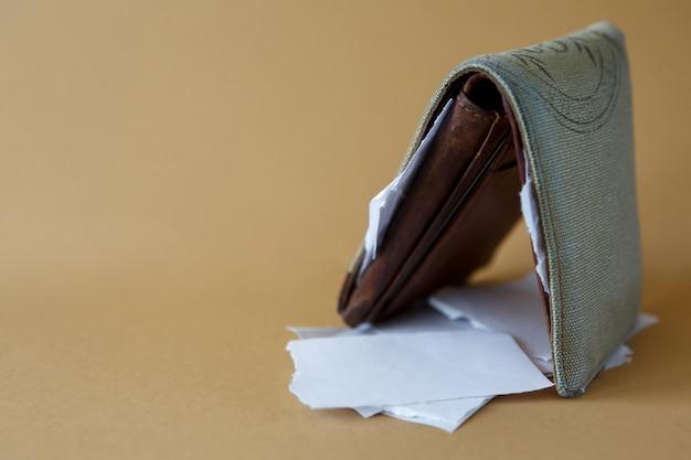 일반 배경에 종이 조각이 있는 빈 지갑