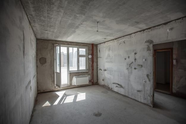 빈 벽 콘크리트 방 인테리어입니다. 새 방의 창