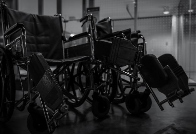 Пустая инвалидная коляска в больнице ночью для обслуживания пациентов и инвалидов.