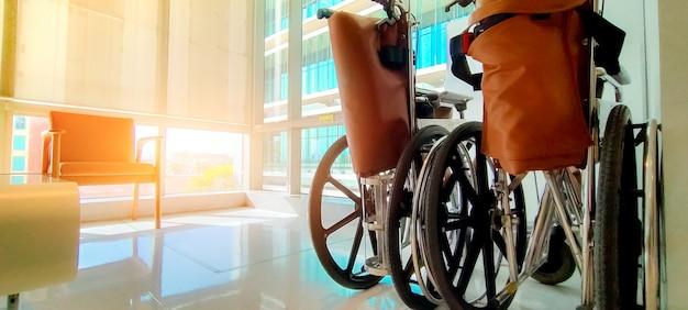 Пустая инвалидная коляска в частной больнице для обслуживания пациентов и инвалидов. медицинское оборудование в больнице для помощи инвалидам стариков. кресло на колесиках для ухода за пациентами в доме престарелых.