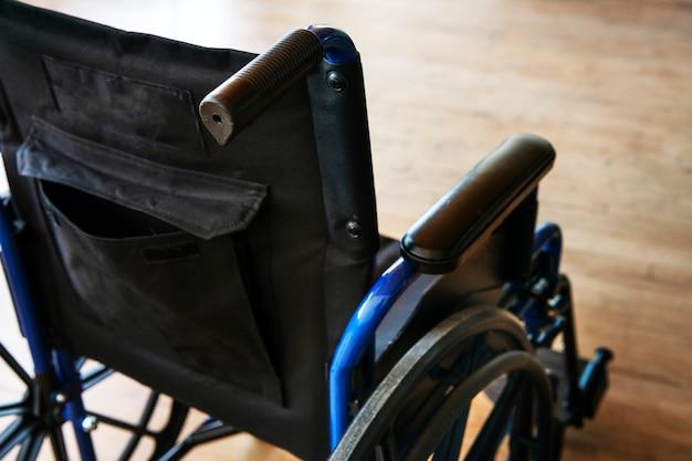 木の床に空の車椅子