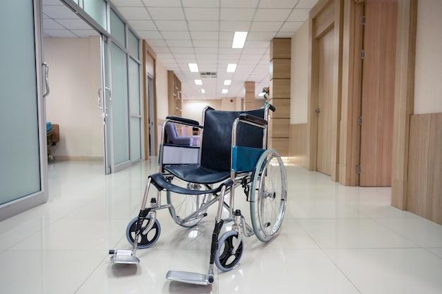 病院の廊下に駐車した空の車椅子